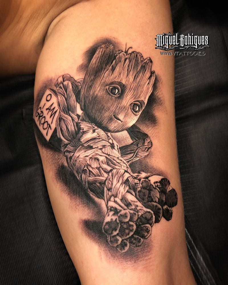 Tattoo realista en blanco y negro de Groot, Ave...